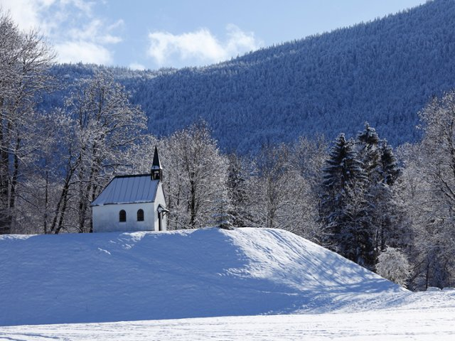chapel-in-winter-isarwinkel-upper-bavaria-germany